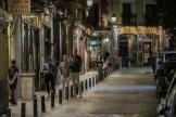Una de las calles del centro de Madrid la última noche previa al cierre de establecimientos