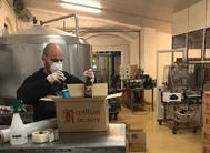 Empaquetado de cervezas en la fábrica de Reptilian.