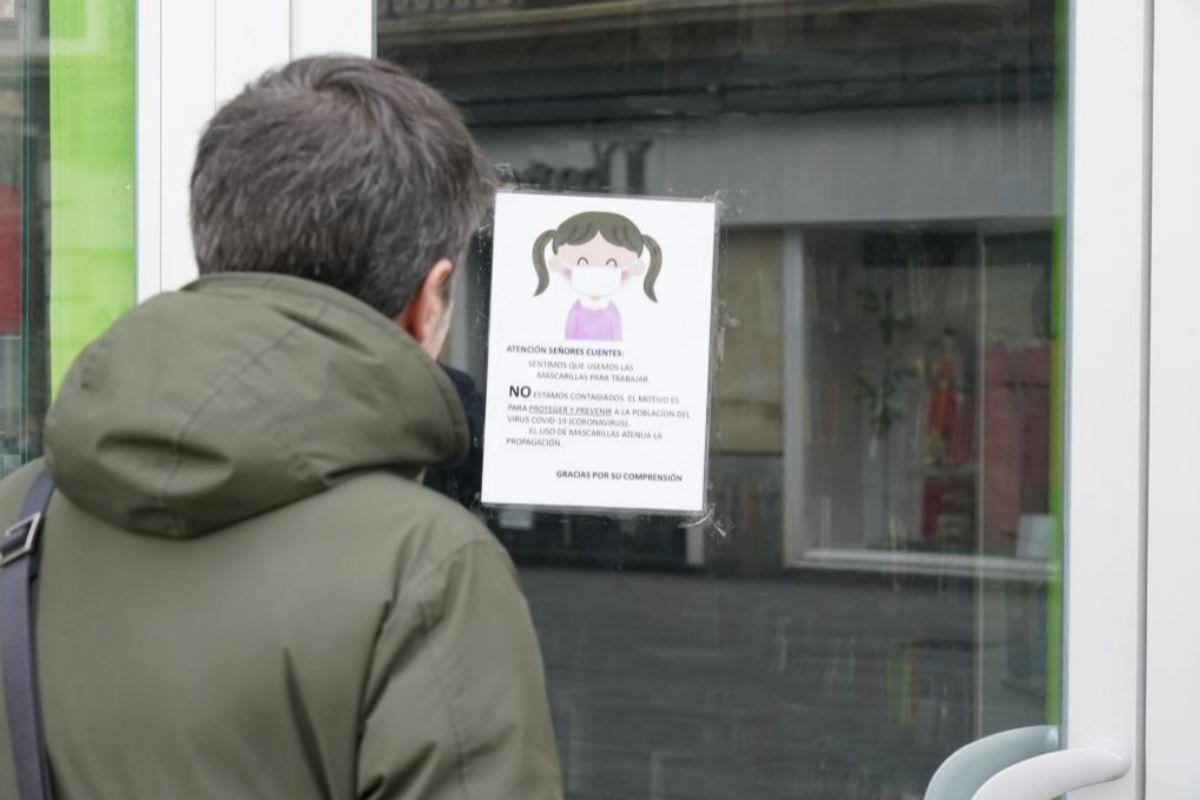 Un padre lee el aviso de cierre del colegio por confinamiento en el centro escolar de Vitoria.