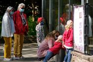 Varias familias visitan un zoo en Landau (Alemania).