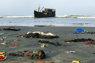 Las pertenencias de refugiados rohingya se extienden por una playa de Teknaf, en Bangladesh, a pocos metros de su barco.