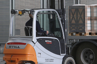 Un trabajador realiza tareas de carga con un torito en una empresa.