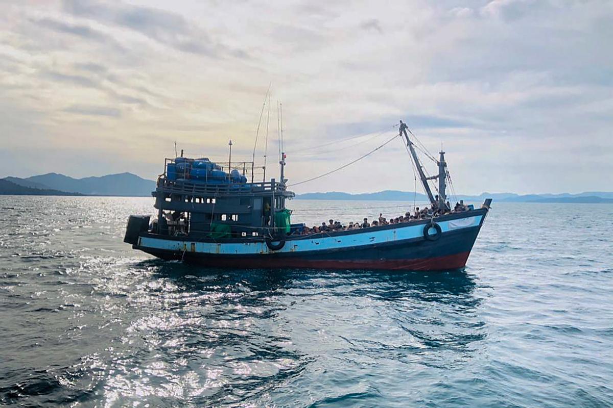 Un barco de madera con refugiados rohingyas es detenido por las autoridades malayas.