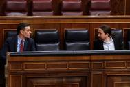 El presidente del Gobierno, Pedro Sánchez, y su vicepresidente, Pablo Casado, este miércoles, en el Congreso.