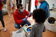 Efectivos de Cruz Roja reparten juguetes entre los niños de un asentamiento chabolista de Níjar.