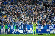 Los jugadores del Oviedo, junto a su afición.