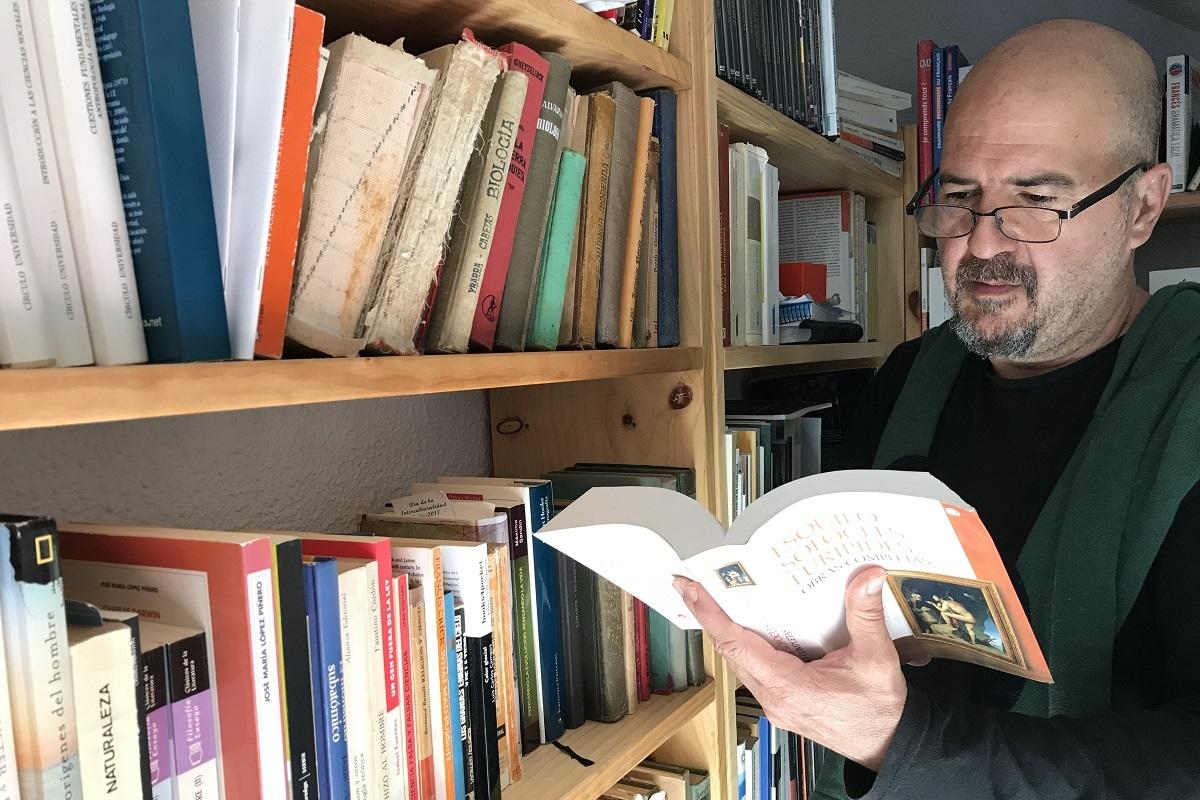 Tomàs Mestre, en la biblioteca de su casa.