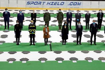 GRAF4161. MADRID.- La presidenta de la Comunidad de Madrid, Isabel Díaz Ayuso (3d), junto con la ministra de Defensa, Margarita Robles (3i), el alcalde de Madrid, José Luis Martínez-Almeida (2d), el consejero de Interior, Justicia, Enrique López (dd) y la vice alcaldesa de Madrid, Begoña Villacís (i) junto con otras autoridades durante el acto del cierre oficial de la morgue del Palacio de lt;HIT gt;Hielo lt;/HIT gt; este miércoles en Madrid.