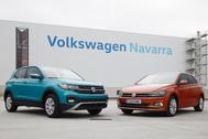 Un Volkswagen T-Cross y un Volkswagen Polo delante de la planta de VW Navarra.