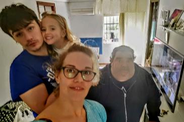 Macarena, sus dos hijos y su padre, en una casa de 45 metros cuadrados.