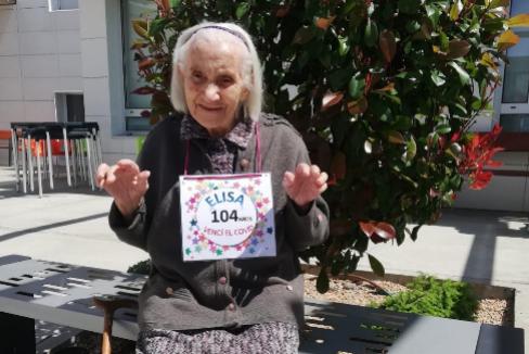 Como una rosa: Elisa Hidalgo, berciana de 104 años, recién vencida su batalla al Covid-19, en una foto realizada en su residencia, Los Rosales, en Ponferrada.