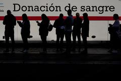 Varias personas hacen cola para donar el pasado mes de marzo en Madrid.