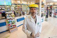 En la imagen, el expresidente del Govern, José Ramón Bauzá, ayer, en  su farmacia comunitaria de Marratxí donde lleva trabajando como boticario más de 23 años.  ALBERTO VERA