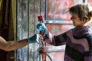 UNA ROSA CONFINADA. La artista florista Foix Cervera prepara sus rosas en su taller de Menorca para entregarlas hoy, día de Sant Jordi,  a su clientes. Cervera trabaja en la ornamentación de bodas y grandes eventos en todo el mundo. Ahora ha visto suspendidos todos los encargos.