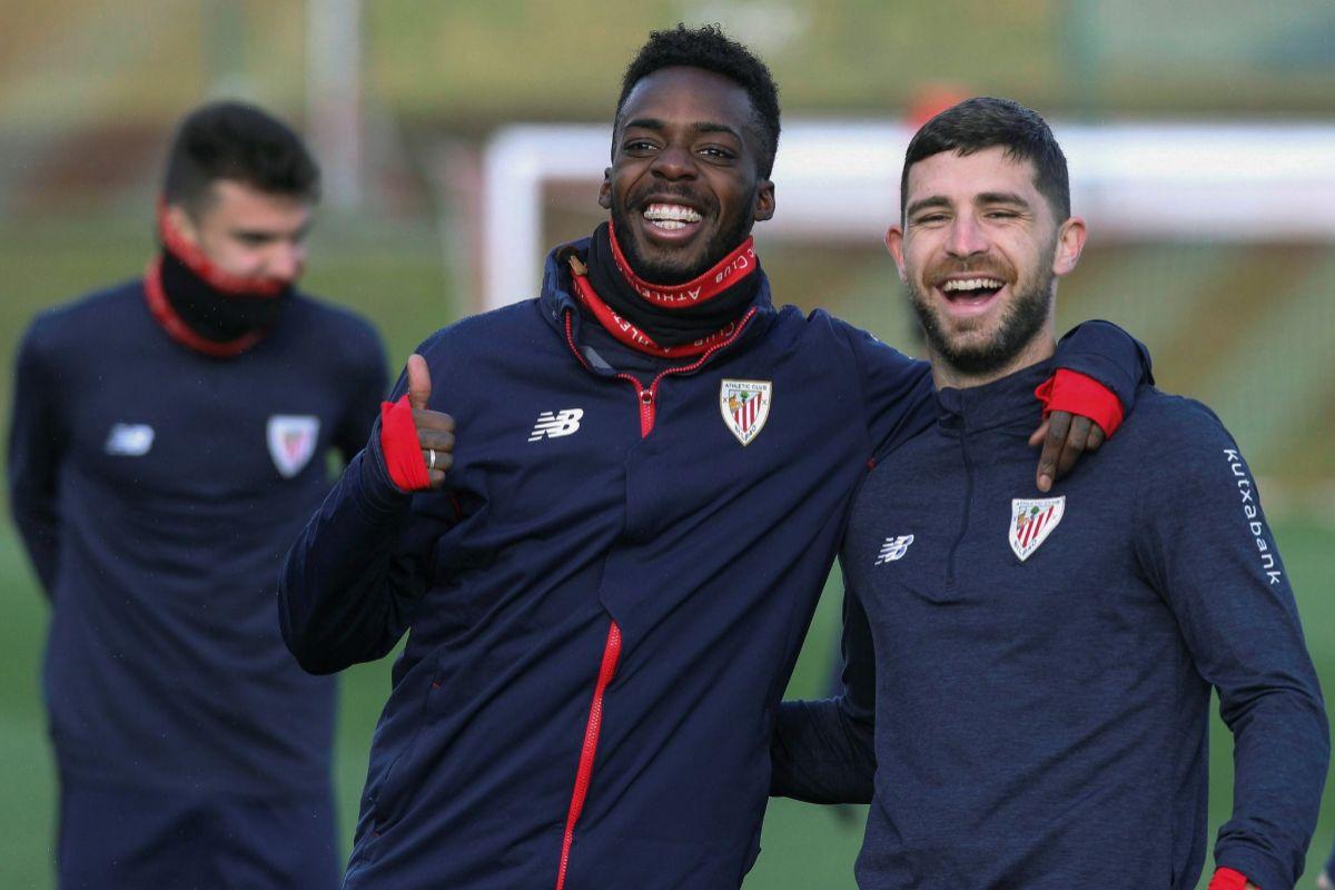 Iñaki Williams y Yeray saludan durante uno de los entrenamientos del Athletic en Lezama antes del confinamiento.
