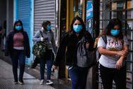 Varias mujeres caminan por una calle de Buenos Aires (Argentina).