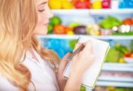La organización es clave para adelgazar unos kilos: conviene que nos tomemos un tiempo para apuntar los menús e ir al supermercado a por lo que de verdad queremos ir, ni llevados por un capricho, gula... Foto: GTRES.