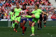 María León despeja la pelota ante Ludmila Da Silva durante el partido de la Liga Iberdrola en el estadio Wanda Metropolitano la pasada temporada.