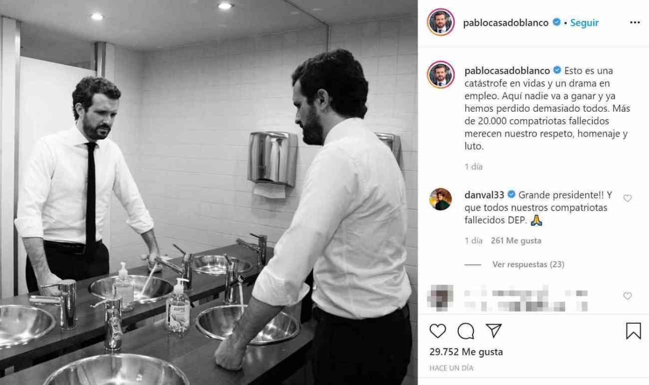 """Una de las últimas fotos publicadas por Pablo Casado en su Instagram ha disparado el ingenio y el humor de los usuarios de las redes. El presidente del PP ha compartido una instantánea que le han hecho en un cuarto de baño (se supone que en el Congreso) en la que puede verse en el espejo el reflejo de su semblante serio y compungido mientras apoya los nudillos sobre la encimera del lavabo. Y a todo esto, por cierto, con el grifo abierto. """"Esto es una catástrofe en vidas y un drama en empleo. Aquí nadie va a ganar y ya hemos perdido demasiado todos. Más de 20.000 compatriotas fallecidos merecen nuestro respeto, homenaje y luto"""", ha escrito Casado junto a la imagen, que acumula multitud de parodias."""