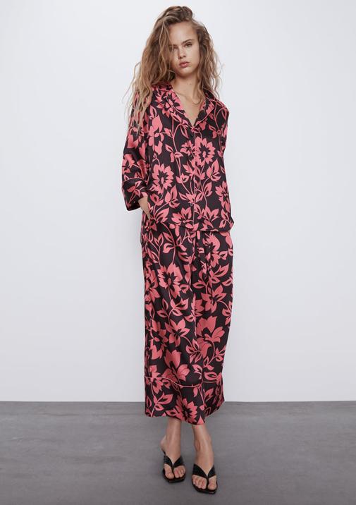 Camisa con bajo asimétrico y pantalón ancho con vuelta de Zara.