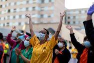Sanitarios aplauden en el hospital Gregorio Marañón de Madrid.