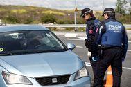 GRAF3184. lt;HIT gt;MADRID lt;/HIT gt;.- Un conductor muestra documentación a unos agentes de la lt;HIT gt;Policía lt;/HIT gt; Municipal, este lunes en el madrileño barrio de Las Tablas.-