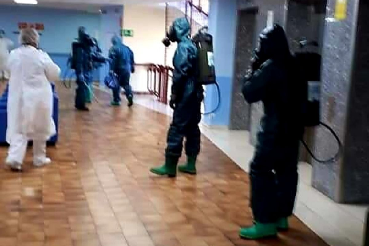 Militares en la residencia el Cuartillo el 28 de marzo realizando labores de desinfección.