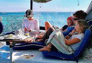 Valerie Jefford y sus tres hijos a bordo de su catamarán Water Dogs en Formentera.