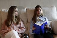 Leonor y Sofía, el pasado jueves durante la lectura de 'El Quijote'.