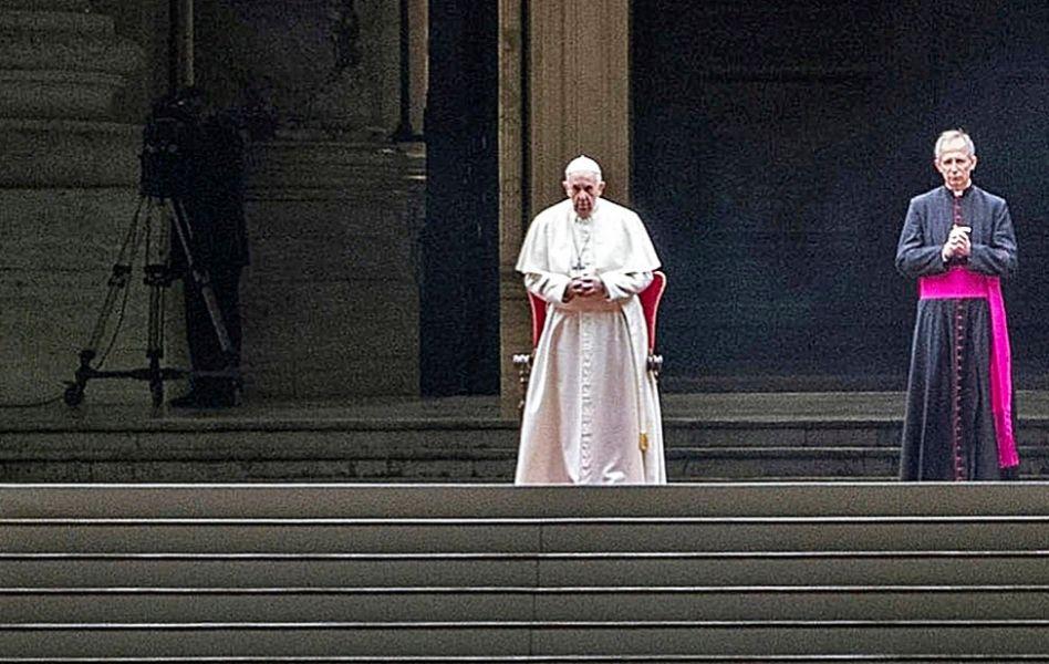 El Papa Francisco presidiendo el Vía Crucis con la plaza vacía el pasado 10 de abril.
