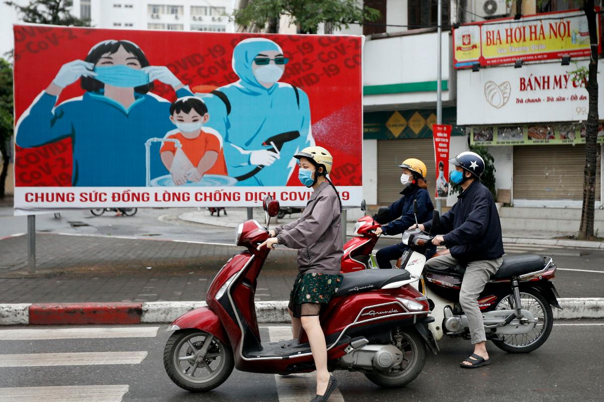 Anuncios sobre cómo protegerse frente al Covid-19 en Hanoi.