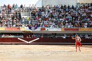 Juan Bautista brinda al público en la plaza de toros de Istres