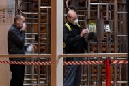 Dos trabajadores acceden a su puesto de trabajo