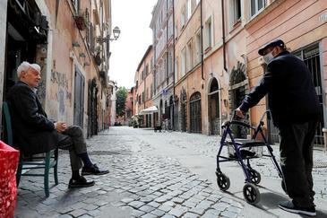 Dos ancianos conversan en el barrio del Trastévere en Roma