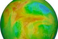 El agujero en el ozono del Ártico, representado en azul y morado, ha reducido su tamaño en esta imagen del 22 de abril.