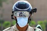 """Un oficial de policía utiliza el casco """"inteligente""""."""
