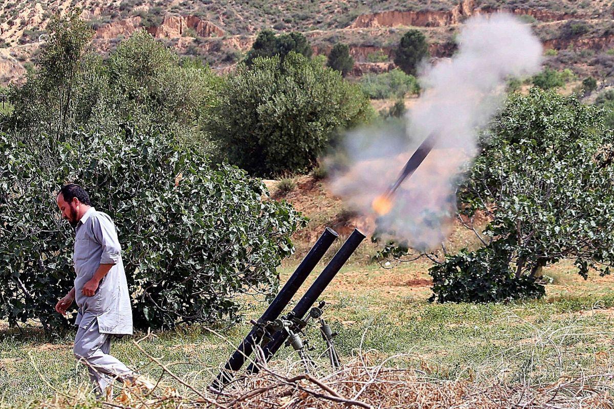 Un combatiente del GNA lanza un misil desde su posición cerca de la localidad de Garabulli hacia Tarhuna, bajo control de Haftar.