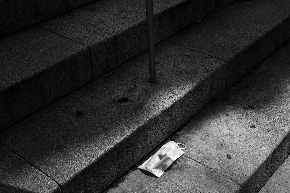 Una mascarilla quirúrgica, abandonada en Madrid.