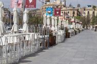 Varios restaurantes cerrados en el barrio de la Barceloneta, en Barcelona.