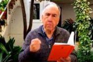 Joan Margarit recita sus poemas en YouTube desde el patio.
