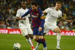 Messi, ante Kroos y Vinicius, durante el Real Madrid-Barça.