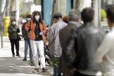 Varias personas, ayer, esperando para hacer el test en la calle Alfonso XII de Madrid.