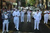 Trabajadores sanitarios protestan para denunciar la muerte de varios especialistas por no contar con protección, en Ciudad de México.