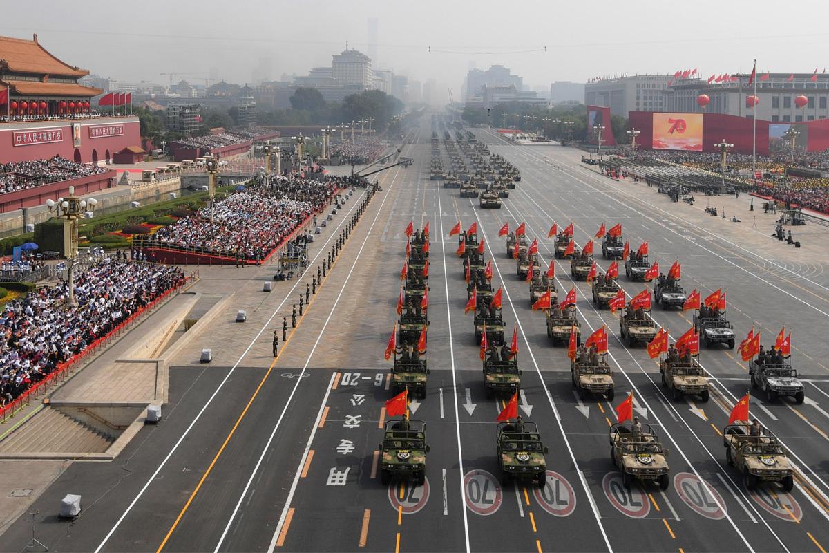 El ejército chino desfila en Pekín durante el 70 aniversario de su nacimiento.