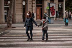 Un niño camina con un adulto en Valencia el día que se anunció que podrían salir.