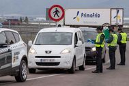 Agentes de la Guardia Civil, durante un control por el estado de alarma.