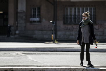 Rome (Italy).- A young woman wears a protective face mask while attending a ceremony for the 75th anniversary of Italy's Liberation Day at Porta San Paolo during the emergency lockdown over the Coronavirus disease (COVID 19) pandemic in Rome, Italy, 25 April 2020. ( lt;HIT gt;Italia lt;/HIT gt;, Roma) EPA/