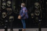 Una mujer protegida con mascarilla camina ayer por una calle de La Coruña.