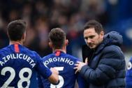 Lampard saluda a Azpilicueta, al final de un partido.