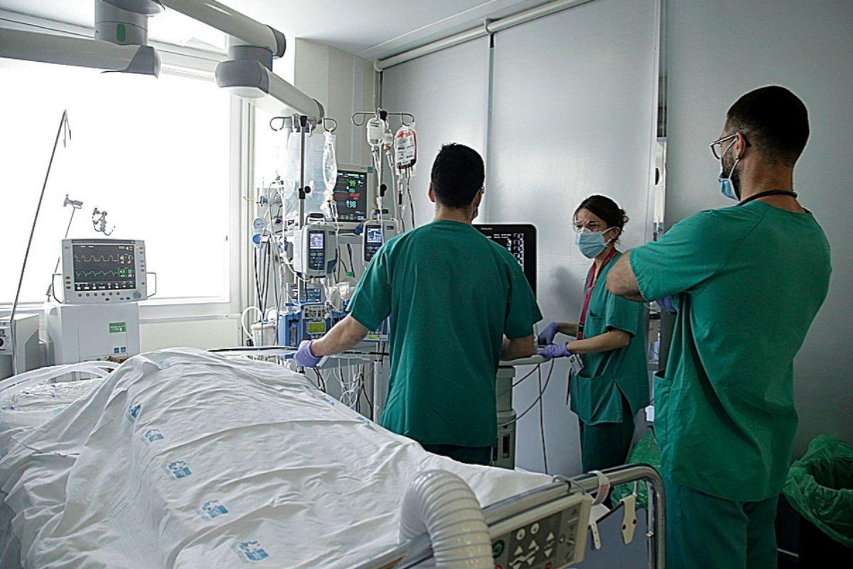 Un paciente en la Unidad Coronaria del Ramón y Cajal ayer por la mañana.